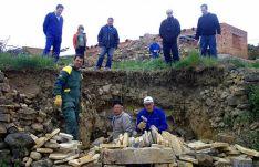 Labores de construcción de una calera en Sarnago.