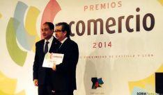 Jesús Muñoz (dcha.) con el premio junto a Manuel López.