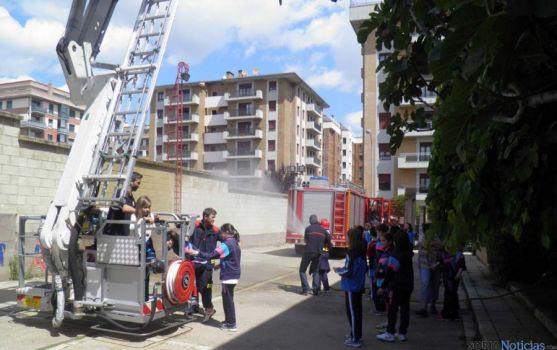 Alunmos de Escolapias en el parque de bomberos de Soria.