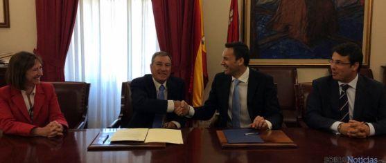 Firma del convenio entre Junta e Intel Ibérica.