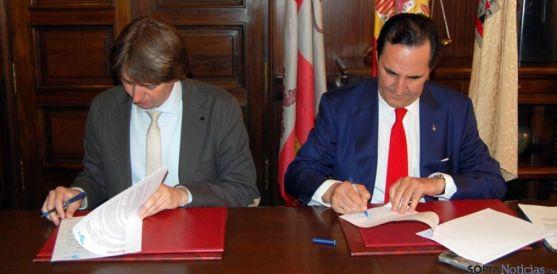 Mínguez y Rolando en la firma del acuerdo.
