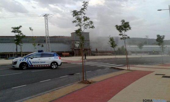 La Policía Local en las inmediaciones del incendio.