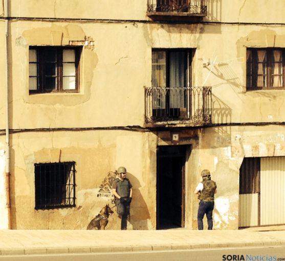 Los agentes, en la puerta del domicilio del atrincherado en Arcos