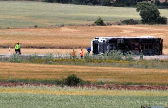 El camión accidentado pasado el mediodía.