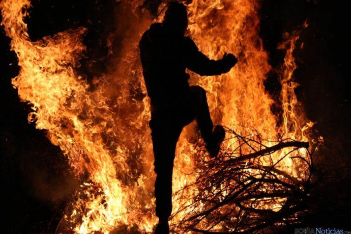 Los jóvenes visontinos dejan patente su valía desafiando al fuego. / SN