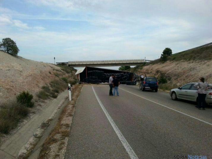 Camión volcado en La Vid
