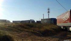 Los camiones, atascados en las calles de Bayubas. / SN