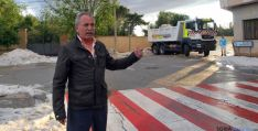 José Antonio de Miguel supervisa las labores de limpieza del granizo. / SN