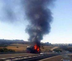 Imagen del camión en llamas esta tarde. / JDC