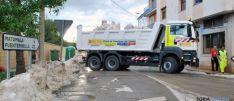 Un camión cargando bloques de granizo en almazán el miércoles. / SN