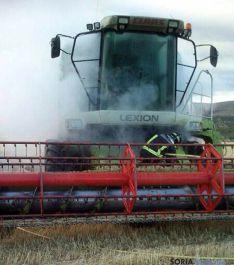 Los bomberos con la máquina cosechadora. / SN