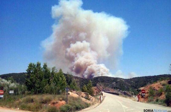 La enorme columna de humo del incendio en la localidad alcarreña. / SN