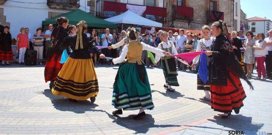 Exhibición de danzas tradicionales a cargo de grupos de Quintanar y de Vilviestre del Pinar