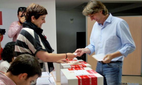 El secretario provincial de los socialistas sorianos, Carlos Martínez Mínguez, ejerciendo su voto este domingo. / SN