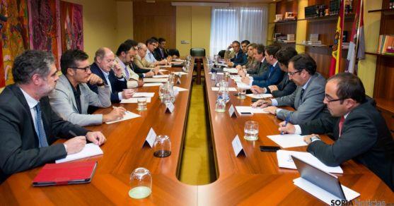 Representantes de municipios con más de 20.000 en la región, a la derecha, Luis Rey. / Jta.