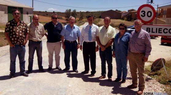 Pardo (cuarto dcha.) en Bliecos con diputados y concejales. / Dip