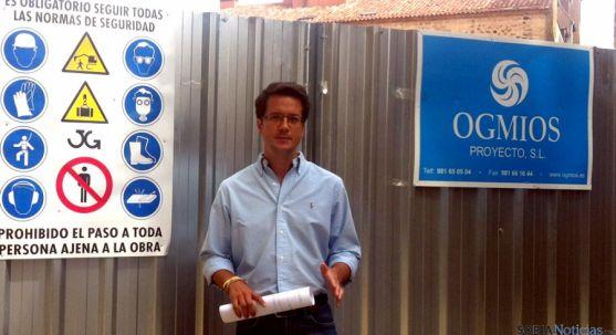El concejal Tomás Cabezón tras la valla del solar anexo a Bernardo Robles.
