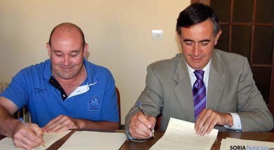Millán (izda.) y Pardo firma el convenio. / Dip