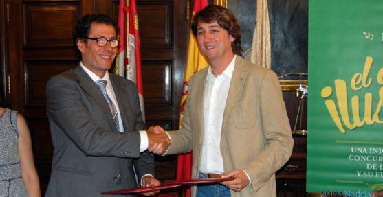 Mínguez (dcha.) y Pérez en la rúbrica del convenio. / Ayto.