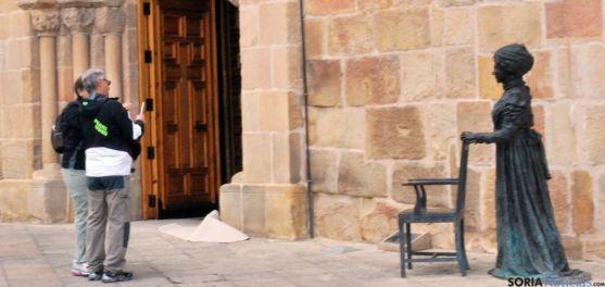 Dos turistas en la plaza Mayor a comienzos de julio. / SN