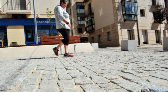 Una viandante observa en su paseo el suelo de la plaza del Vergel. / SN