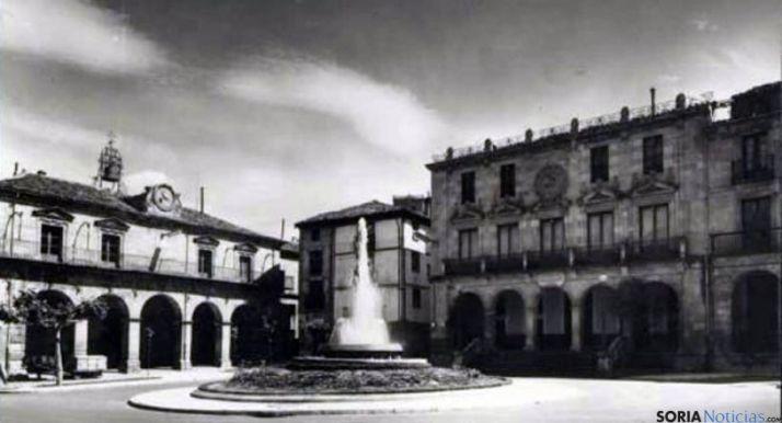 Otra imagen de la fuente frente al consistorio. / todocoleccion.net