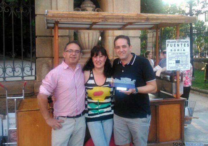 Mamuel Hernández (dcha.), con su placa de agradecimiento. / SN