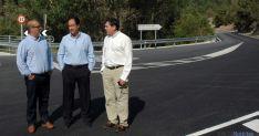 El delegado, Manuel López (ctro.) en la carretera al cañón. / Jta.