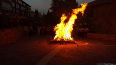 El final de la fiesta con charanga y la quema del gallo. / SN