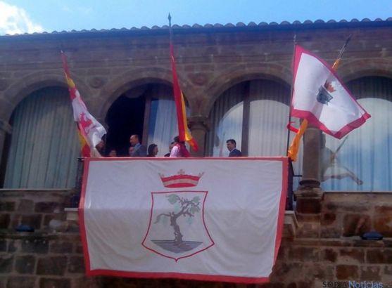 Miembros de la corporación municipal, en el balcón del ayuntamiento prometen que habrá toro. / SN