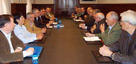 Reunión con responsables municipales para abordar las ayudas al sector resinero. / Dip