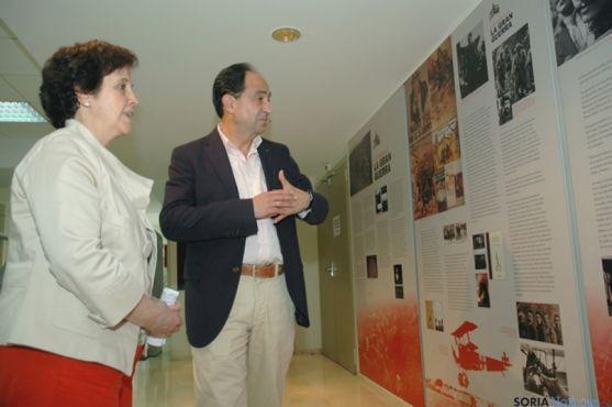 Represa visitando la exposición