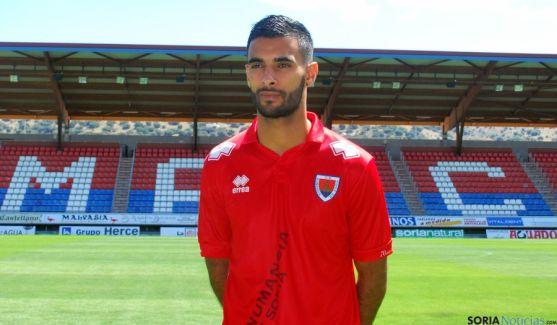 El nuevo jugador del Numancia con la camiseta del club. / SN