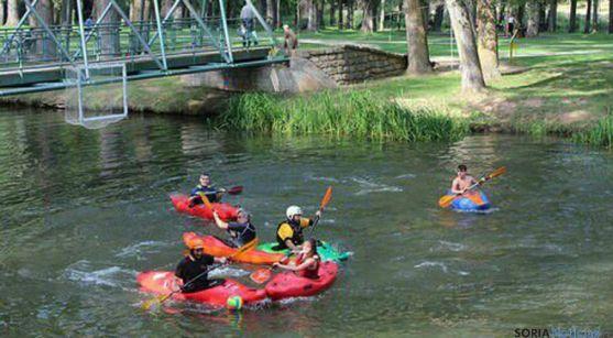 Piragüistas practicando el kayak polo en el Duero. / SN