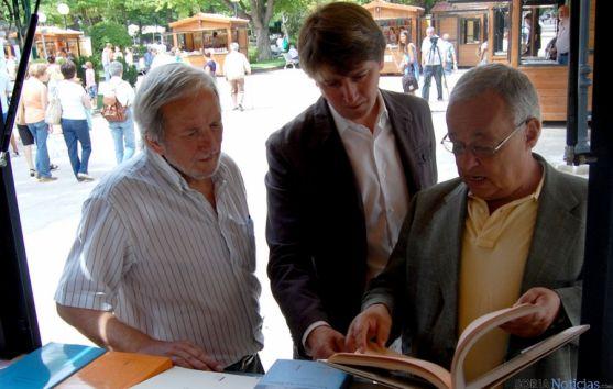 Bárez (izda.), Mínguez y Santonja en la Feria del Libro. / Ayto.