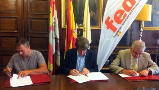 Munera, (izda.), Mínguez y García en la firma del convenio. / Ayto.