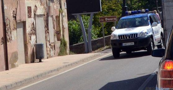 Un coche patrulla de la Policía Local esta mañana en el Duero. / SN