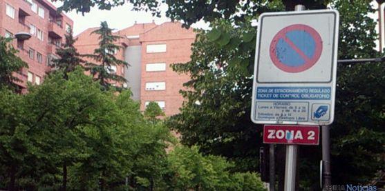 Cartel indicativo de la zona azul en Mariano Vicén. / SN