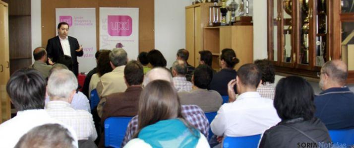 Rafael Delgado hablando a los asistentes
