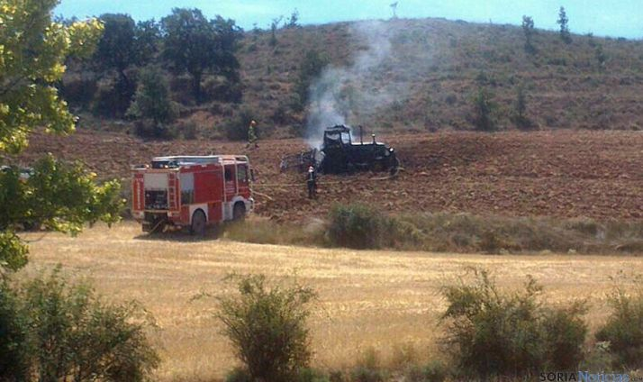 Tractor siniestrado y bomberos. / SN