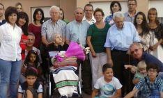 La centenaria, con sus familiares. / SN