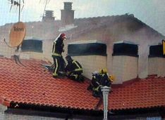 Los bomberos, en el tejado del edificio. / Ayto.