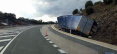El camión en la cuneta. / @42 radares