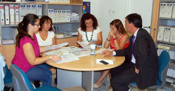 Pardo, (dcha.) con empleadas del CEAS en el Burgo. / Dip