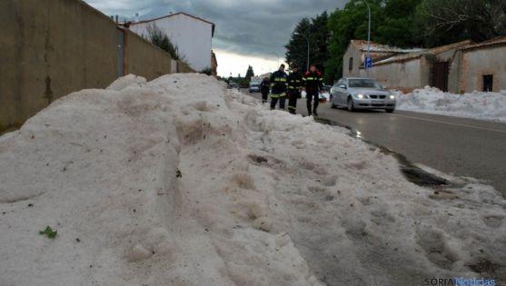 Granizo amontonado en las calles de Almazán el 2 de julio. / SN