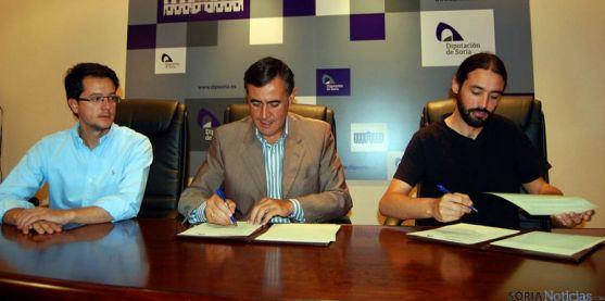 Cabezón, (izda.), Pardo y Hernández en la firma del convenio. / Dip.