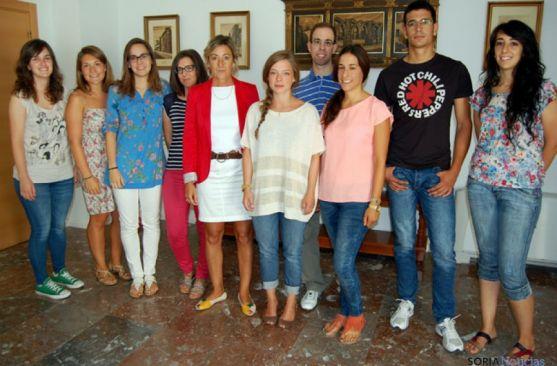 Becarios de 'Leonado' con la concejala de Educación