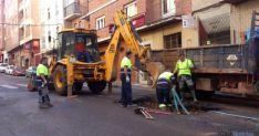 Empleados de la Empresa Mixta en las labores de reparación.  / SN