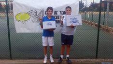 Los finalistas con sus trofeos.