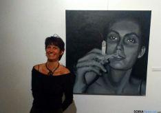 La artista con una de sus obras. / Ayto.